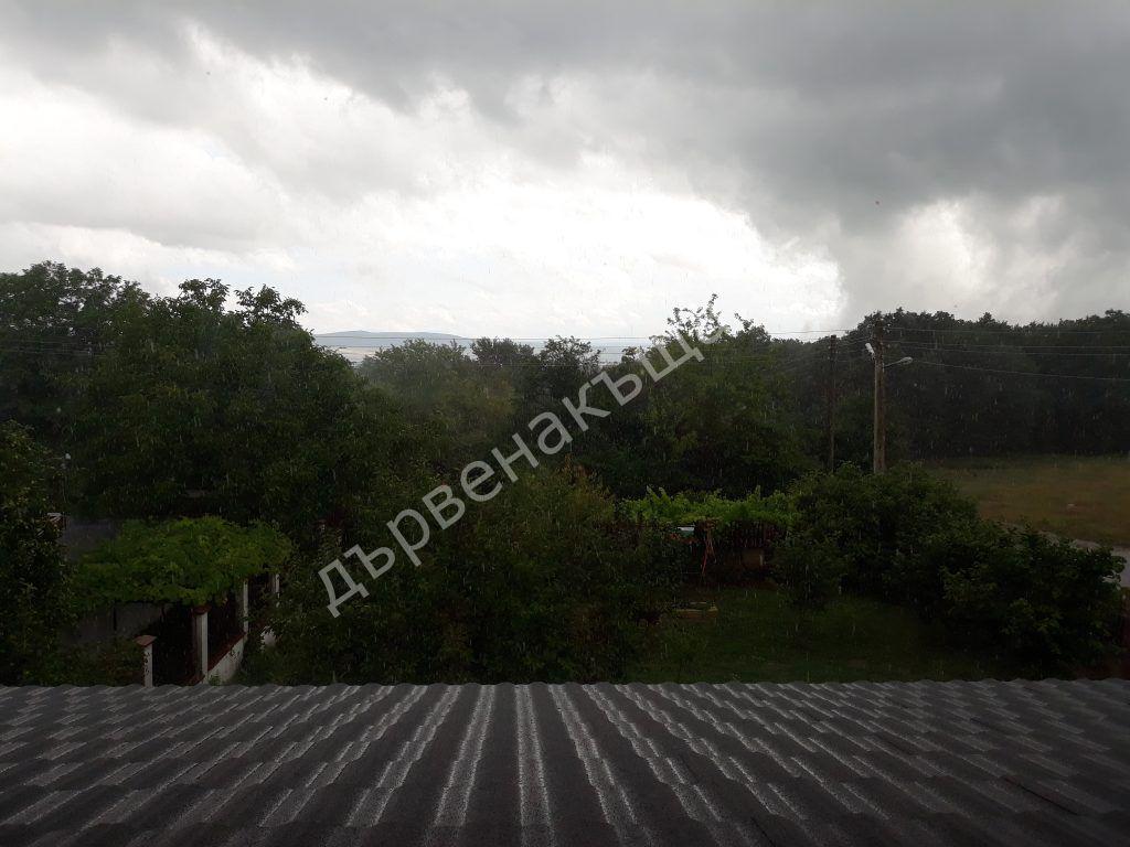Звукът на дъжда върху нашия метален покрив